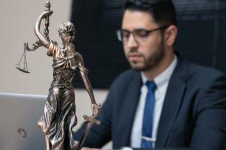 Mann und Justitia Statue