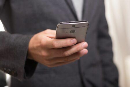 Geschäftsmann_hält_ Smartphone